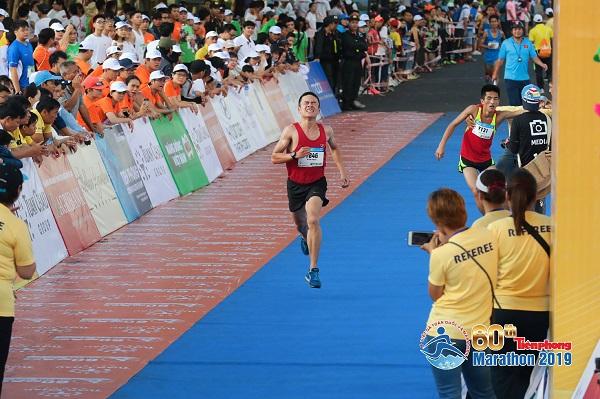 Tiền Phong Marathon 2019: Về đích trễ COT, nên nhận medal hay không?